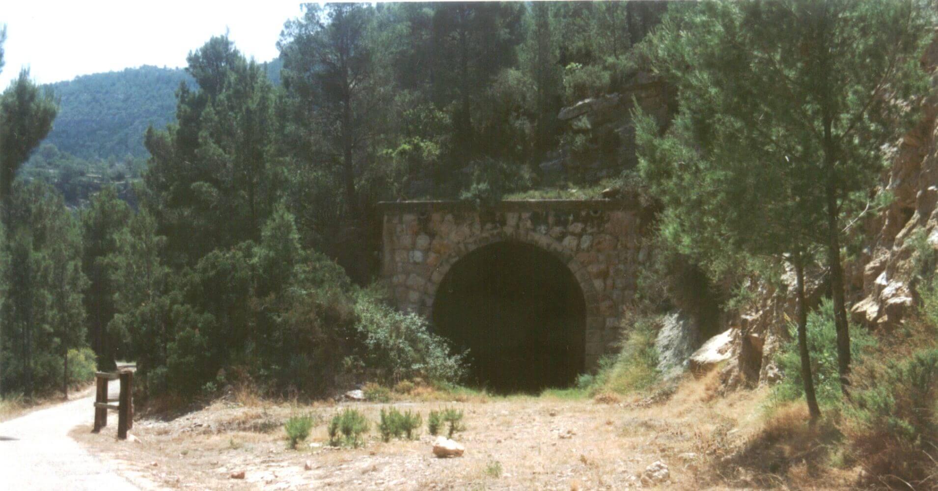 Vía Verde Terra Alta. Boca de entrada del túnel que provoco el cierre del ferrocarril a la izquierda se aprecia la senda que lo bordea.
