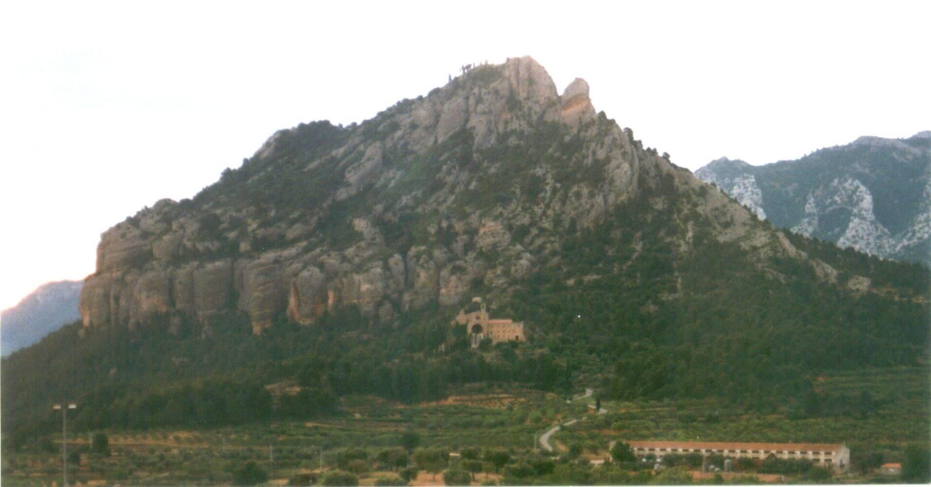 Cerro de la Ermita visto desde Horta de San Juan a su pie el Convento del Salvador.