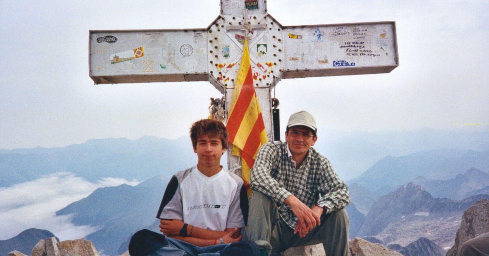 Cruz de la Cumbre del Pico Aneto con los dos montañeros del grupo que hicieron cima. Benasque, Huesca. Aragón.