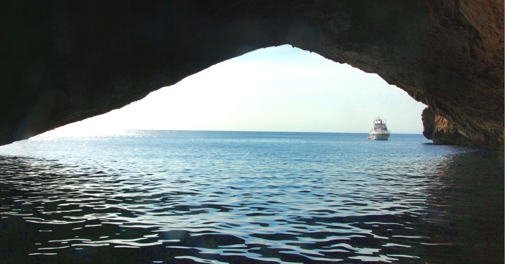 Cueva Azul del Parque Nacional Archipiélago de Cabrera. Islas Baleares.