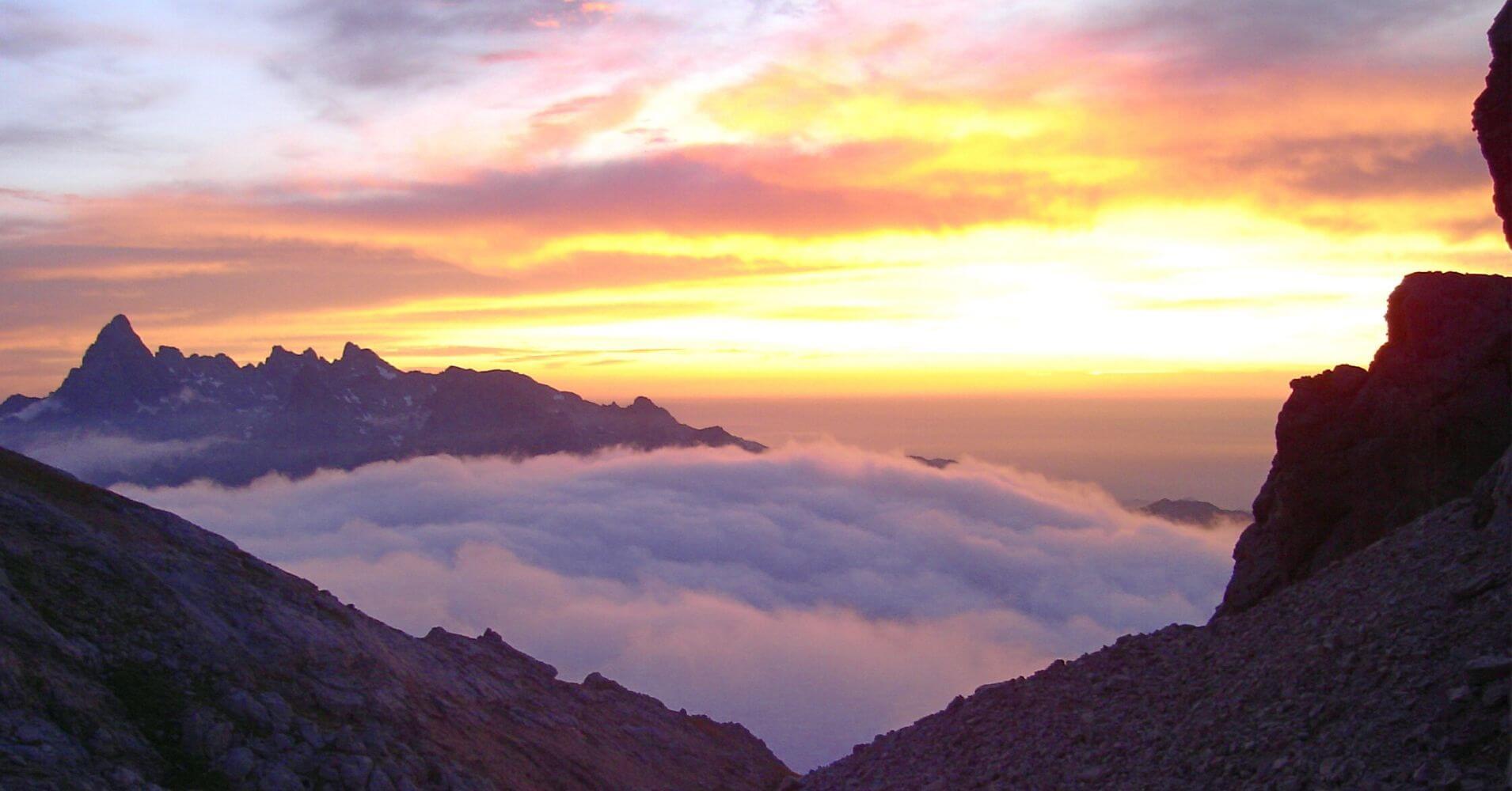 Empresas de Aventura de Asturias. Amanecer en Picos de Europa. Foto Tocando Cumbre.