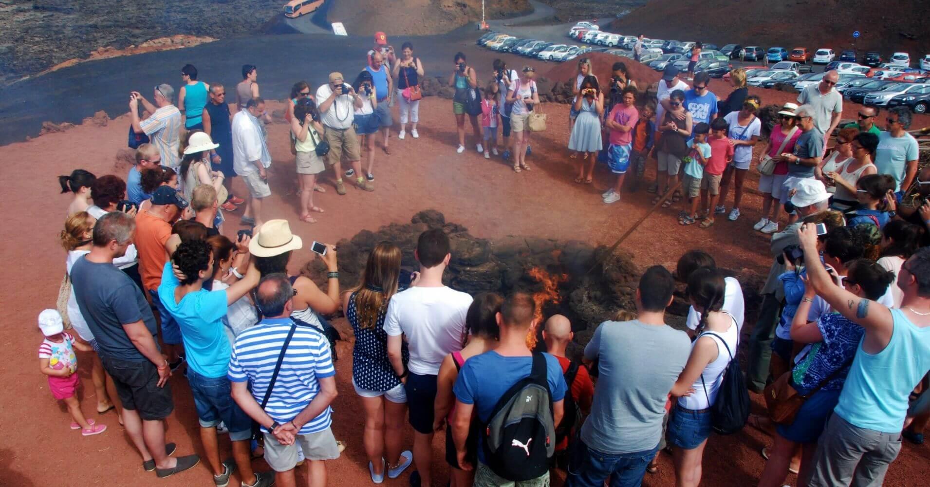 Exhibición del Fuego en el Parque Nacional de Timanfaya. Lanzarote. Islas Canarias.