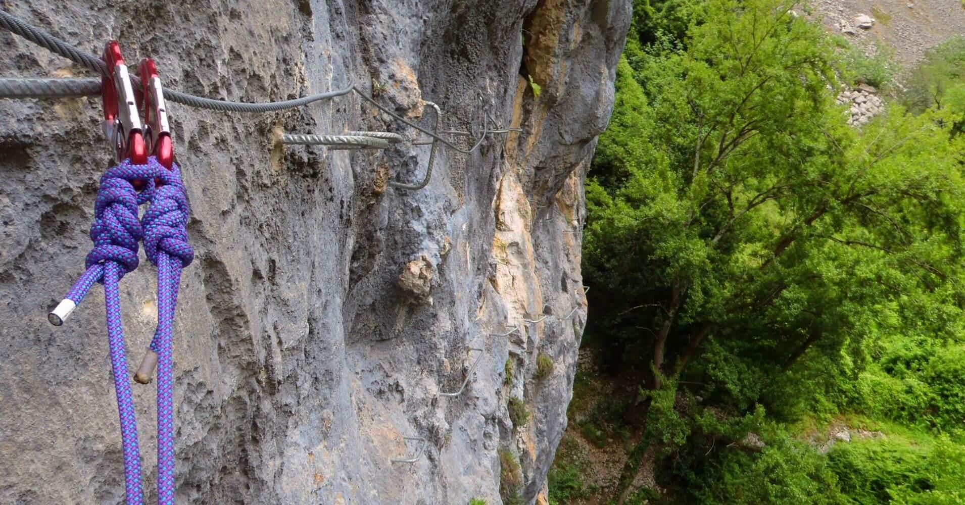 Flanqueo de la Vía Ferrata Pozo El Milar. Desfiladero de la Hermida. Picos de Europa, Cantabria.