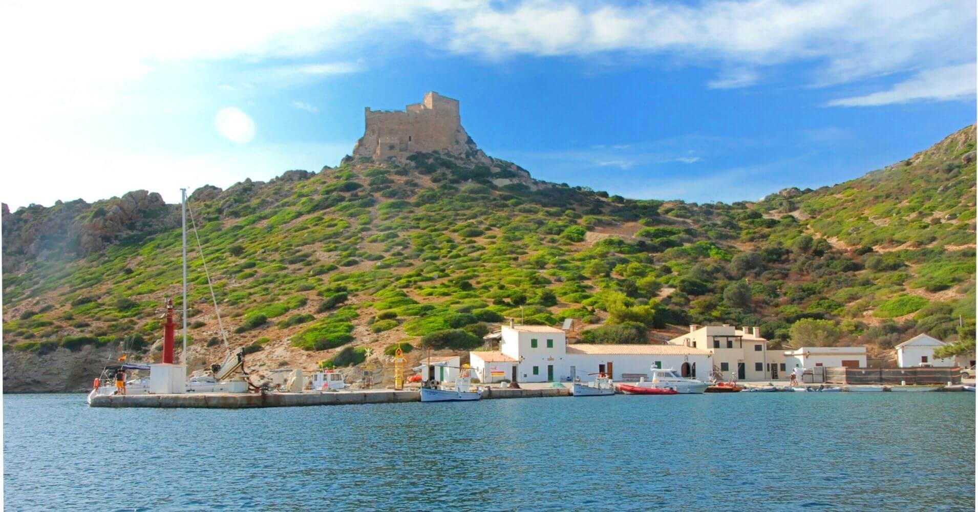 Isla de la Cabrera y Castillo de Cabrera. Islas Baleares.