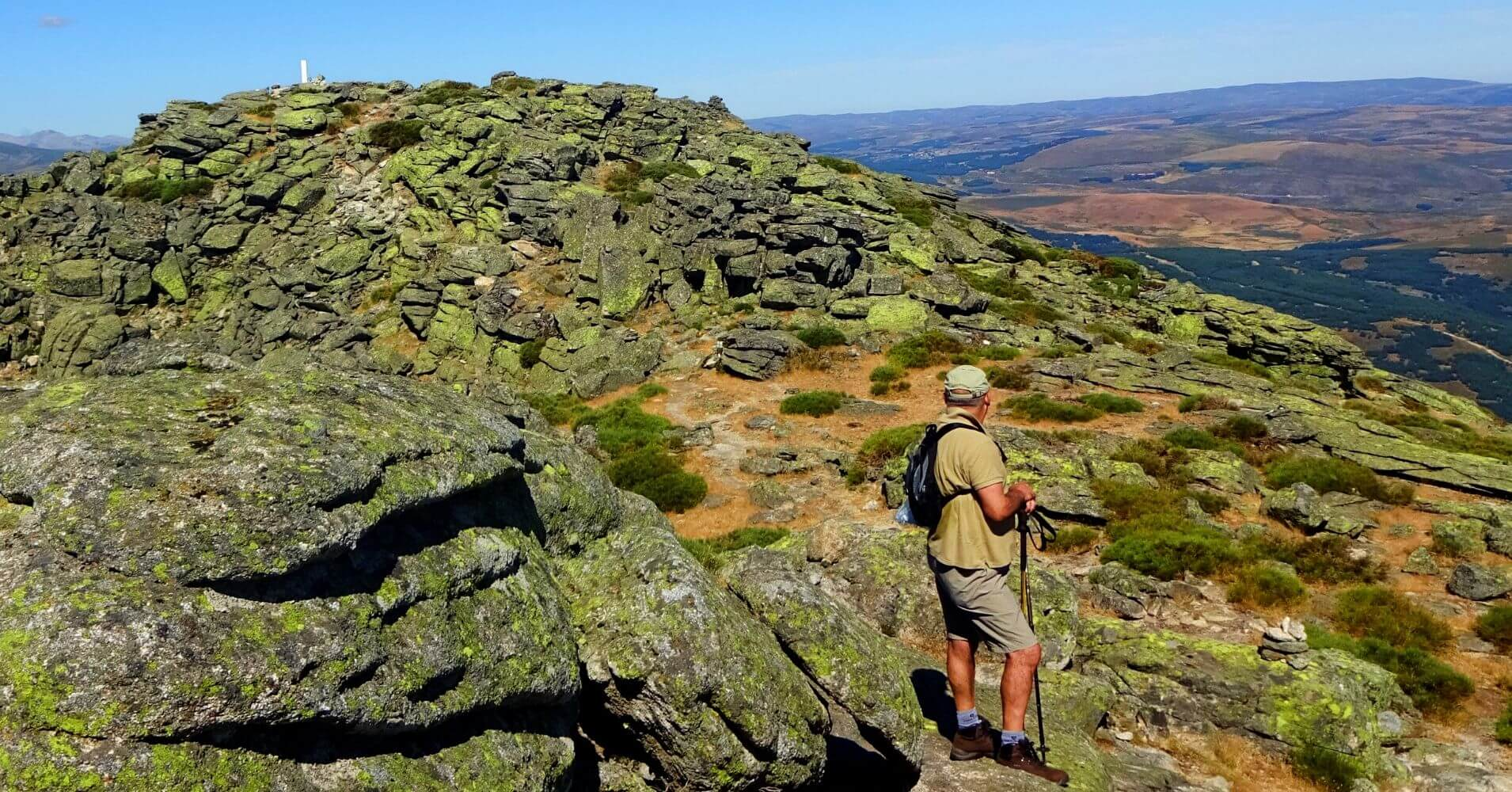 Llegando a la Cumbre de Pico El Torozo. Sierra de Gredos, Ávila. Castilla y León.