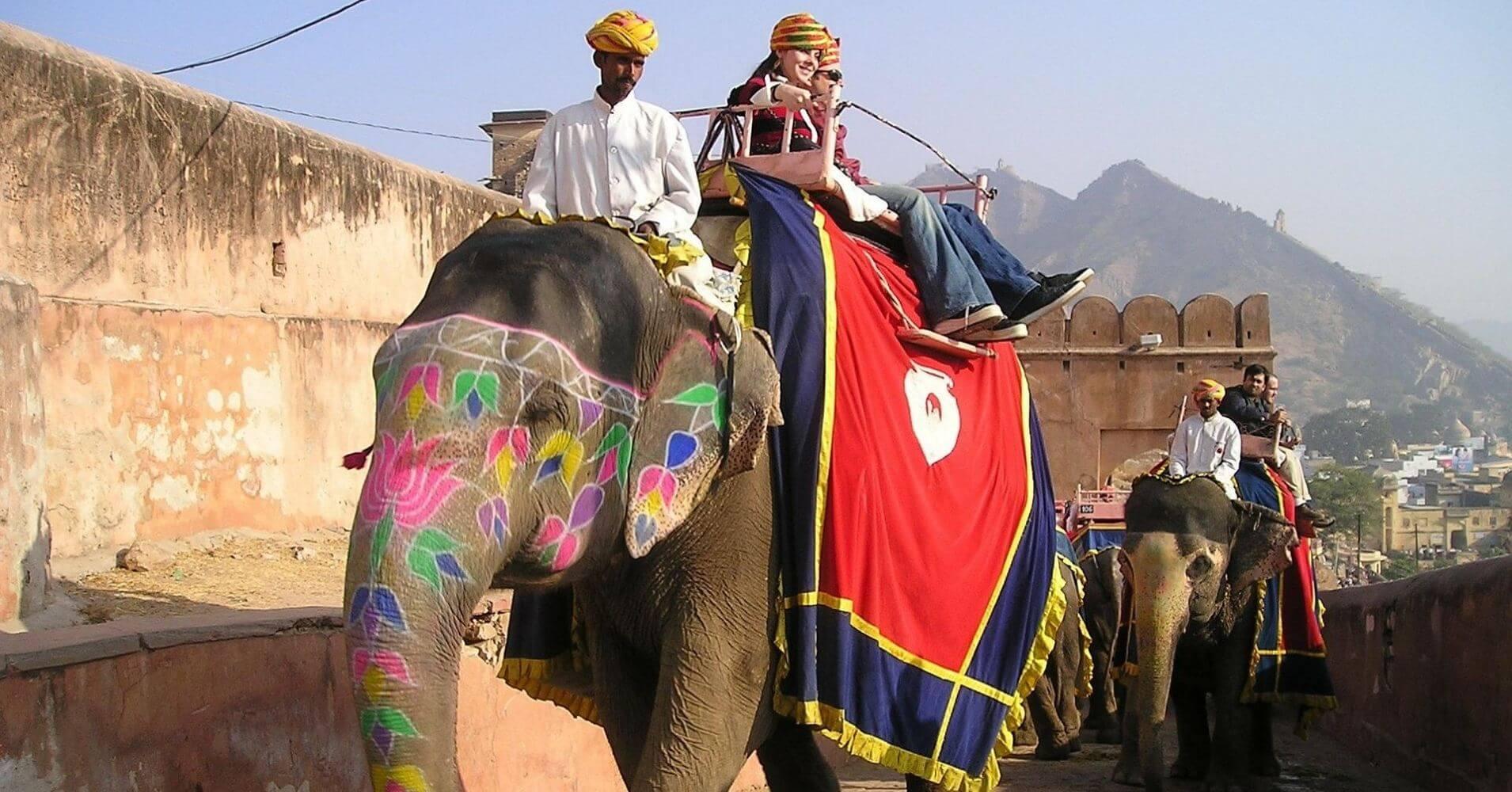 Paseo en Elefante por las murallas de la ciudad.
