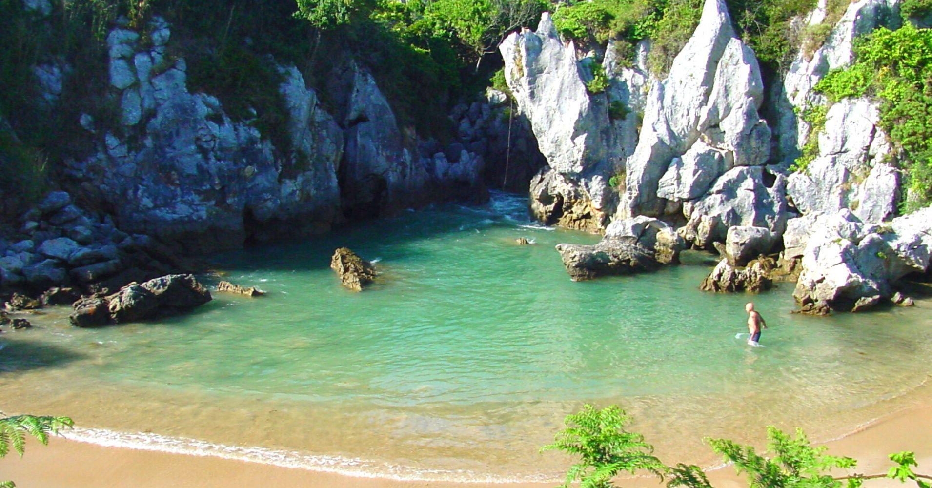 Playa de Gulpiyuri. Concejo de Llanes. Naves, Asturias.
