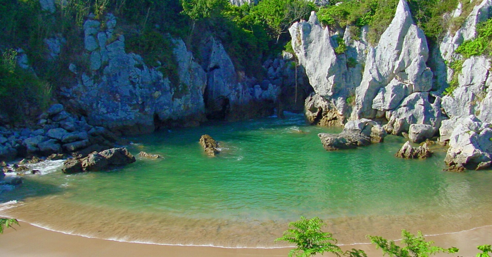 Playa de Gulpiyuri, Naves. Asturias.