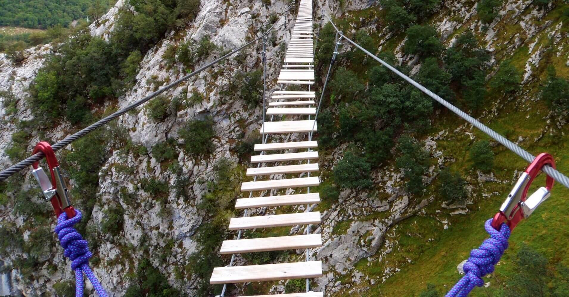 Puente del Diosau en la Vía Ferrata de la Hemida. Picos de Europa, Cantabria.