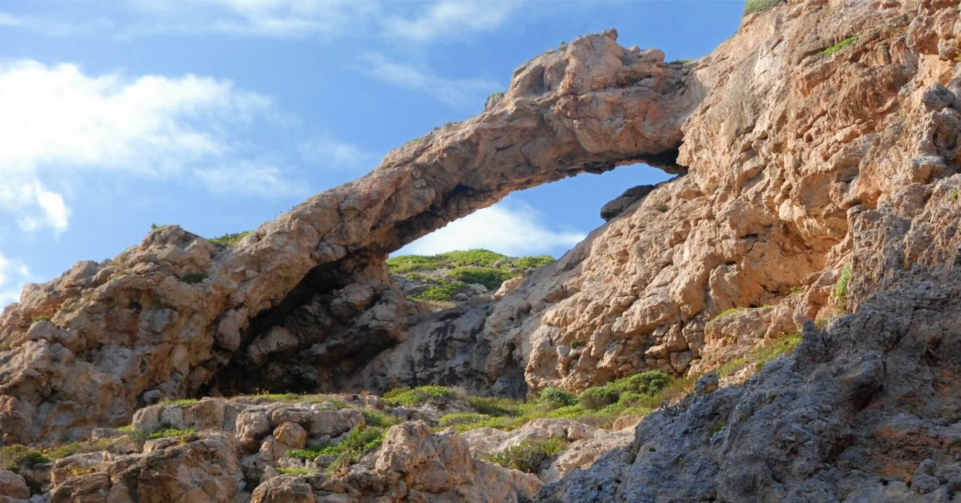 Puente Natural del Parque Nacional Archipiélago de Cabrera. Islas Baleares.