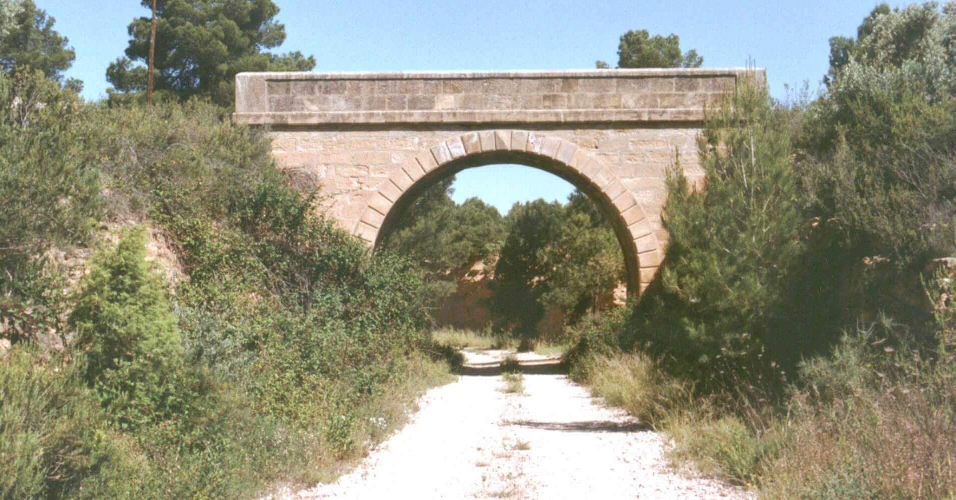 Vía Verde Val de Zafán. Trinchera y paso superior en las cercanías de Valjunquera. Teruel, Aragón.