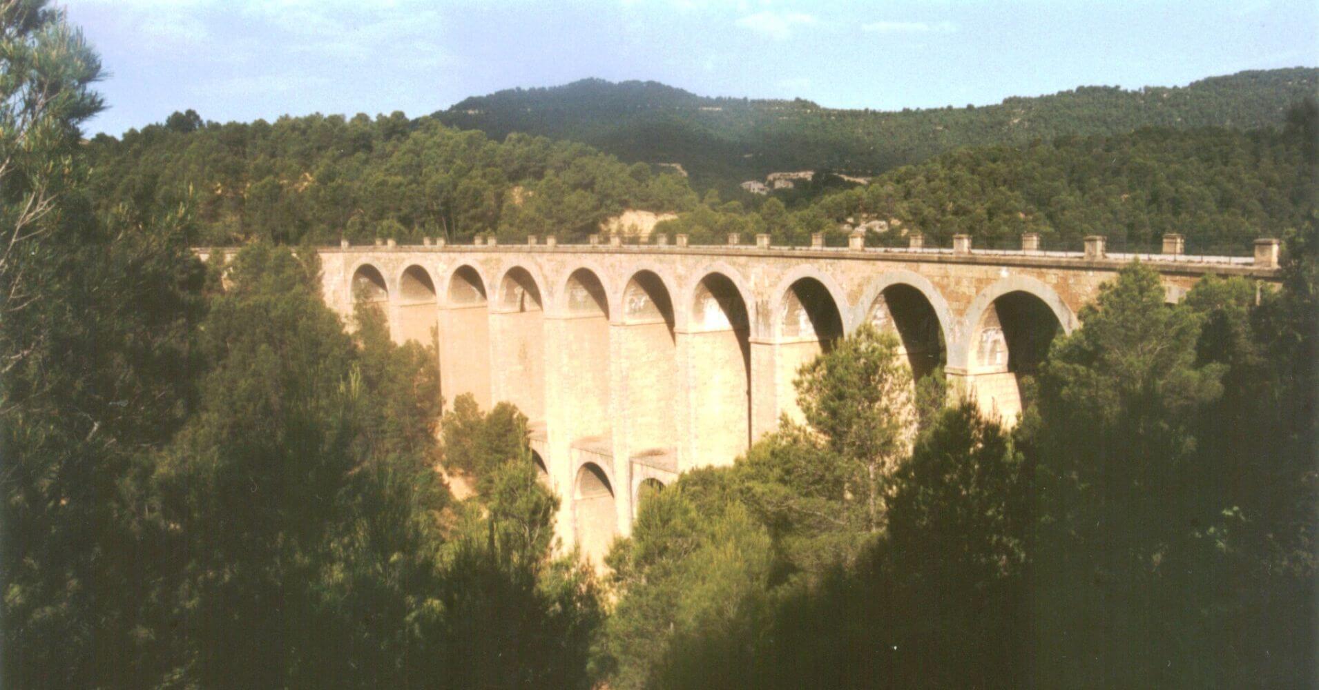 Vía Verde Terra Alta. Viaducto de doble arco del Barranc de la Belloca. Tarragona, Cataluña.