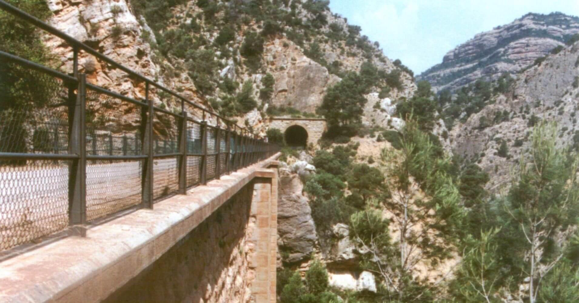 Vía Verde Terra Alta. Viaducto de la Fontcalda con el Tajo del Canaletas a la derecha. Tarragona, Cataluña.
