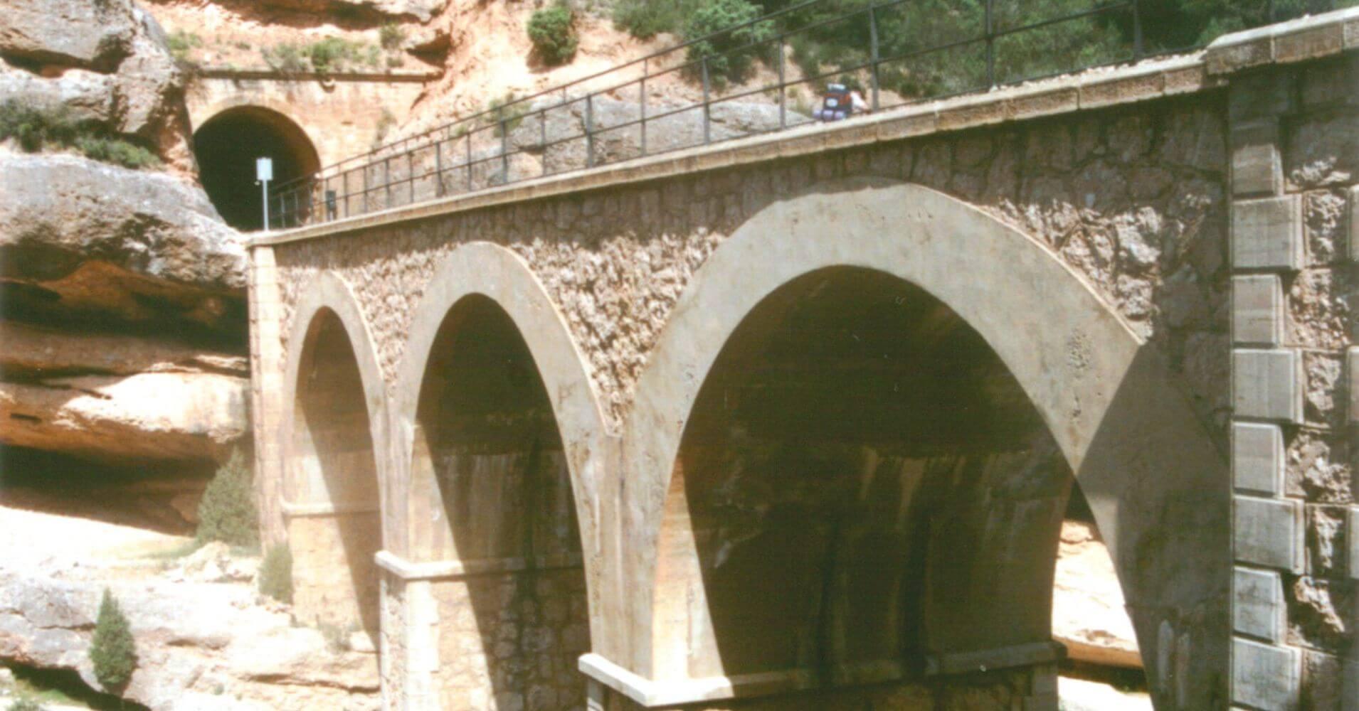 Viaducto sobre la Garganta del Canaletas. Bot, Cataluña.