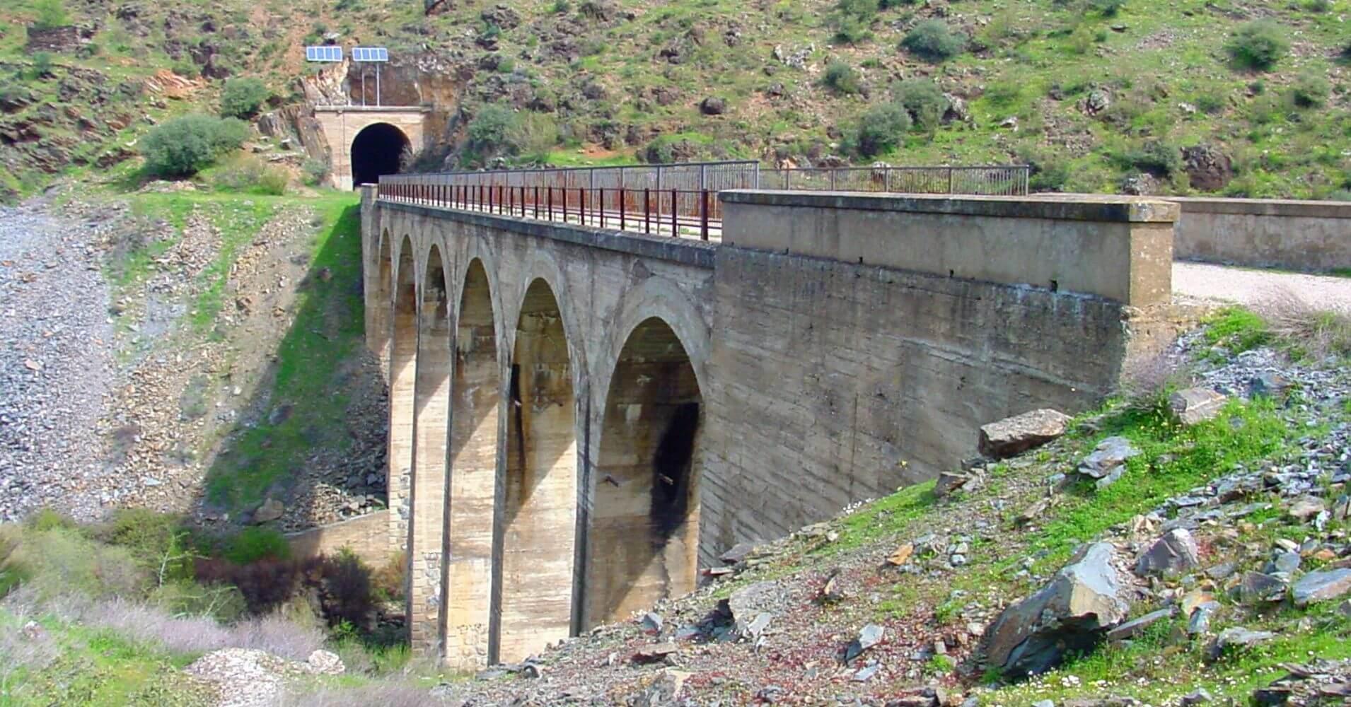 Viaducto y Túnel numero 11. Vía Verde de la Jara. Toledo. Castilla la Mancha.