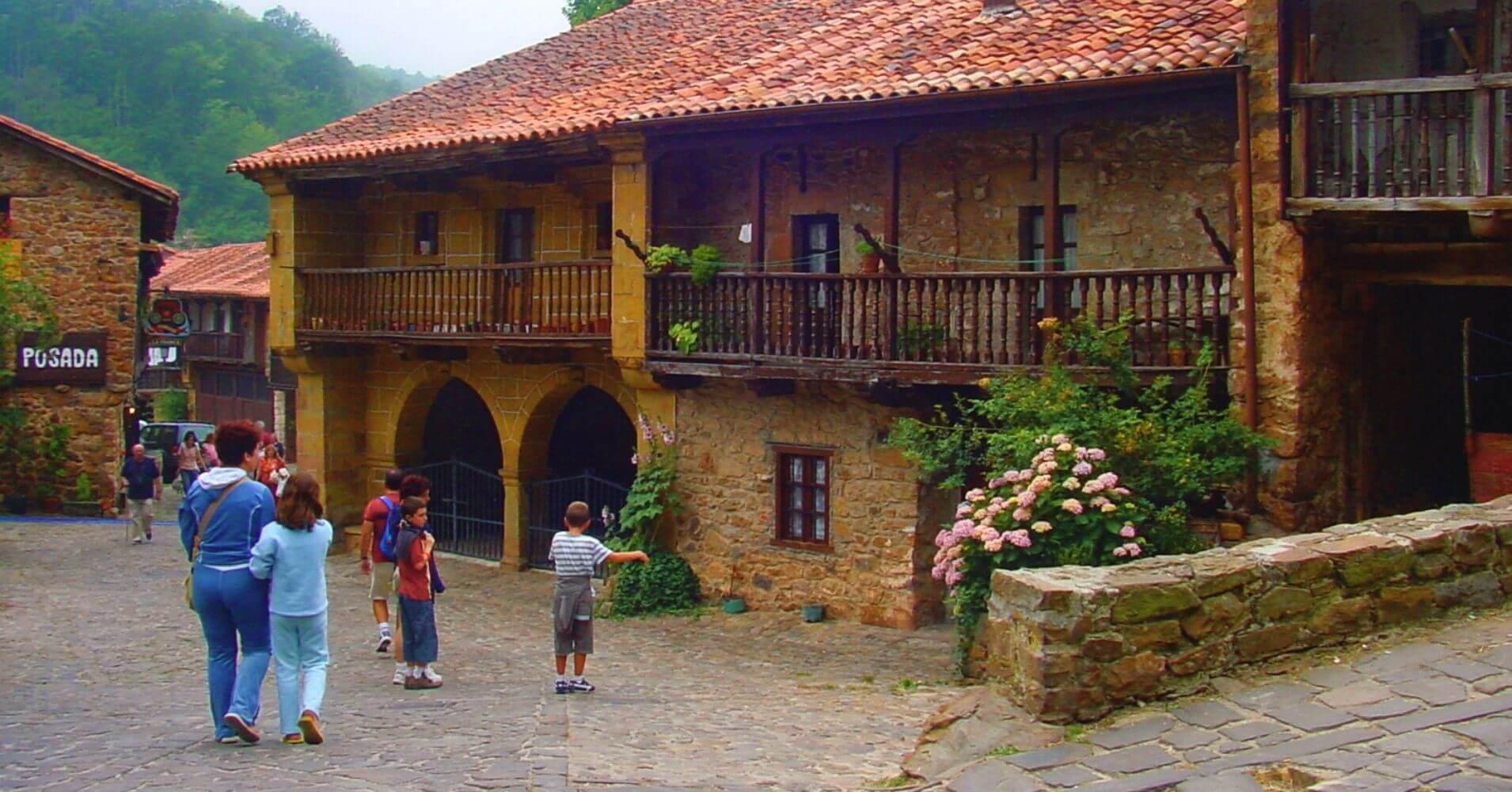 Viajar a Cantabria. Barcena Mayor, Los Tojos. Saja, Cantabria.
