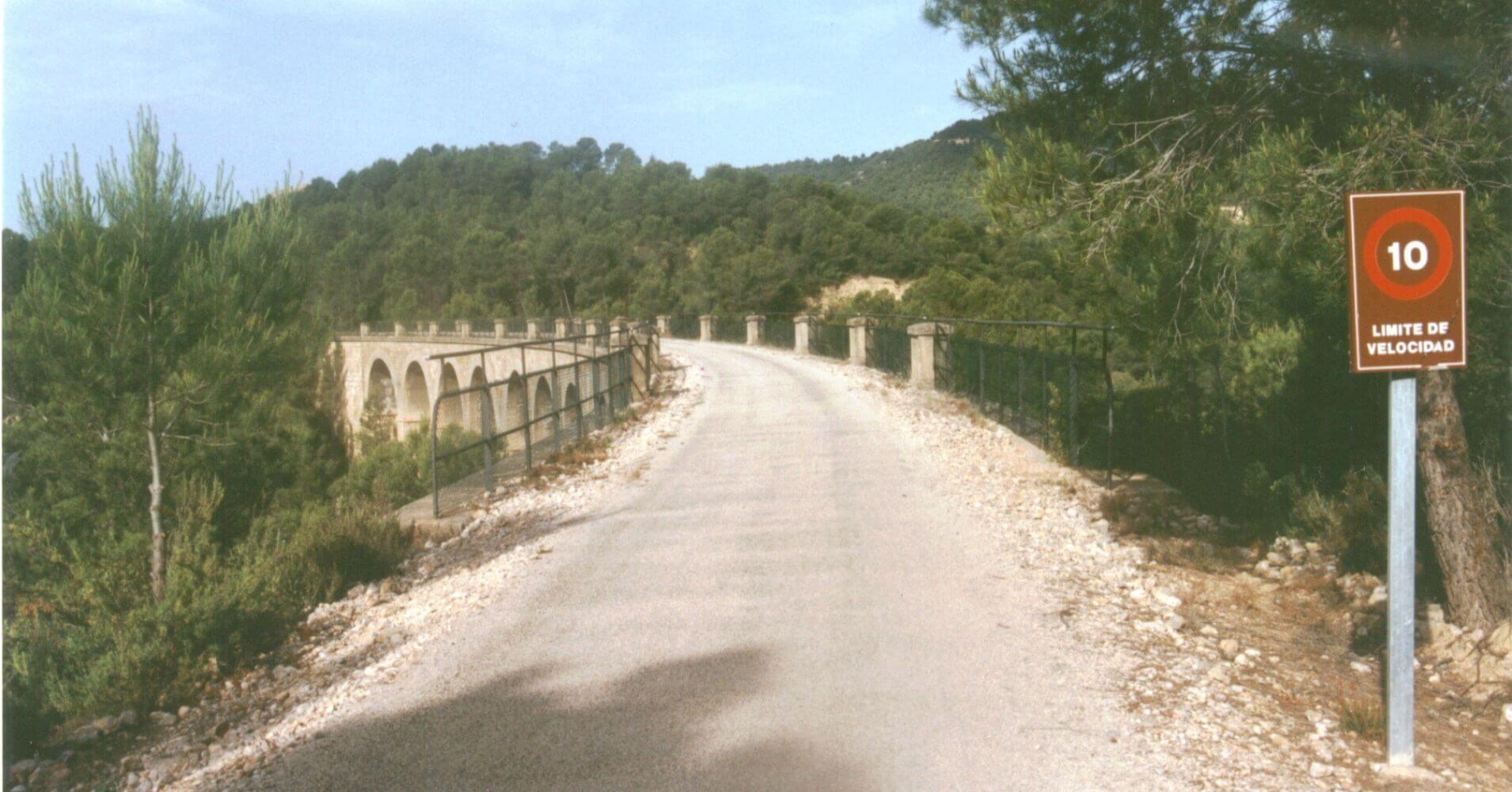 Vía Verde Terra Alta. Vista del Viaducto del Barranc de la Belloca desde la traza. Tarragona, Cataluña.